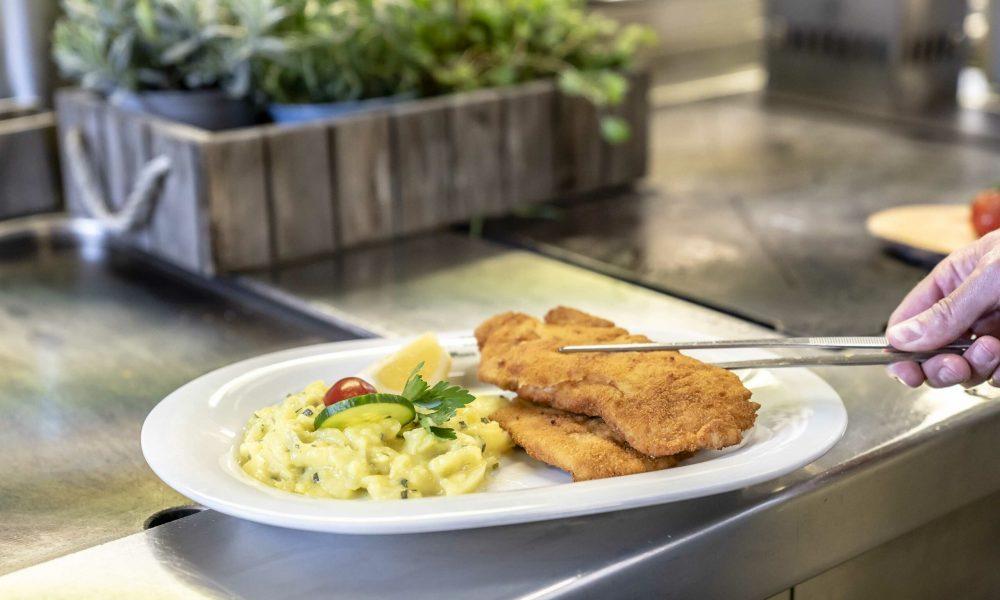 Restaurant Alter Wirt Weyarn Schnitzel Mit Kartoffelsalat